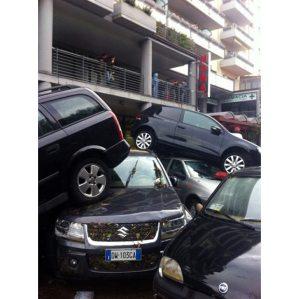 Vários carros amontoados