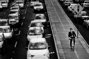 Bicicleta ultrapassa engarrafamento