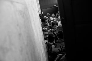 Público represado pela Guarda Municipal no acesso para a escadaria de incêndio do 12º andar da Prefeitura do Recife enquanto acontecia a reunião do CDU.