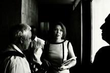 Professora Liana Lins chegando ao 12º andar da Prefeitura para entregar o parecer contra a realização da reunião