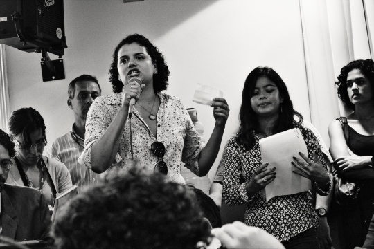 Jornalista Mariana Moreira falando na audiência pública de Março de 2012