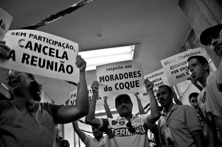 Integrantes do Ponto de Cultura Espaço Livre do Coque em manifestação na Prefeitura durante a aprovação do Novo Recife pelo CDU