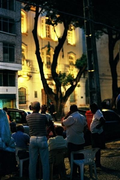 Pessoas jogando dominó na rua do Imperador, Centro do Recife (foto: Leonardo Cisneiros)