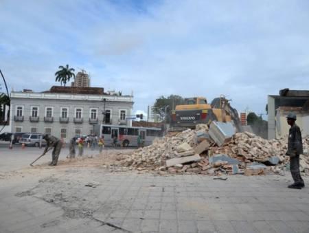 Demolição do prédio da Assembléia de Deus, dentro do Setor de Preservação Rigorosa da Zona Especial de Proteção ao Patrimônio Histórico e Cultural nº 27. (fonte: Leia Já)