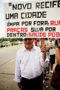 Frei Aloísio, figura conhecida da Igreja progressista e das lutas do Coque, foi protestar contra o Projeto Novo Recife no #OcupeEstelita+1