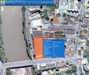 Sistema de informações geográficas da Prefeitura mostra que o lote da Nassau acaba antes do rio e que a área da via é pública.