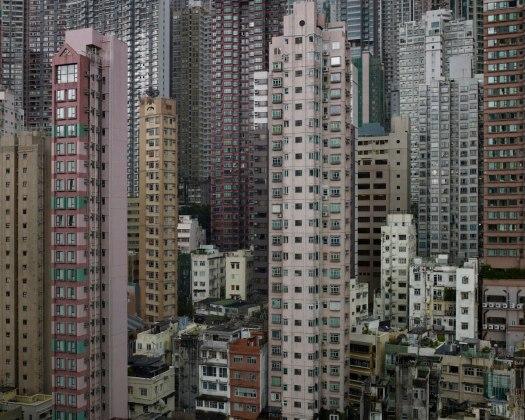 Imagem de prédios em Hong Kong, onde não há limites para o adensamento construtivo