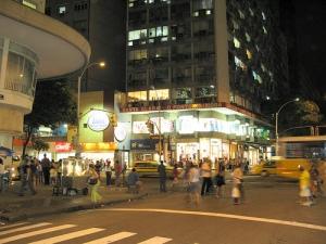 Rua Santa Clara em Copacabana, Rio de Janeiro, mostrando como é possível adensar e garantir vitalidade urbana