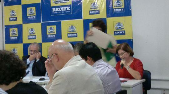 Enquanto a professora Fátima Furtado lê seu voto sobre o Edf. Caiçara, o secretário Braga fala ao telefone