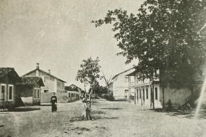 Foto antiga da Vila da Fábrica com a República dos Solteiros à direita